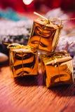 Ramas Spruce en la decoración del oro de la nieve y de la Navidad blanca en fondo de madera Imagen de archivo libre de regalías