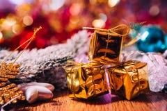 Ramas Spruce en la decoración del oro de la nieve y de la Navidad blanca en fondo de madera Fotografía de archivo