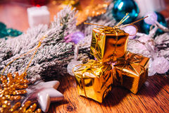 Ramas Spruce en la decoración del oro de la nieve y de la Navidad blanca en fondo de madera Imagen de archivo