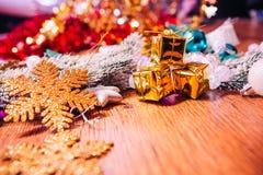Ramas Spruce en la decoración del oro de la nieve y de la Navidad blanca en fondo de madera Fotos de archivo