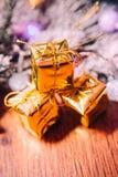Ramas Spruce en la decoración del oro de la nieve y de la Navidad blanca en fondo de madera Imagenes de archivo