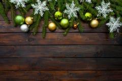 Ramas spruce vivas verdes en un fondo de madera oscuro Fondo del Año Nuevo con las bolas hermosas y la nieve blanca Visión superi Foto de archivo libre de regalías