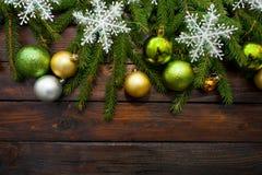 Ramas spruce vivas verdes en un fondo de madera oscuro Fondo del Año Nuevo con las bolas hermosas y la nieve blanca Visión superi Fotografía de archivo