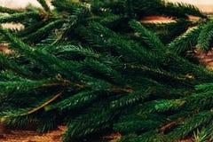 Ramas verdes del abeto adornamiento del árbol de navidad en sitio preparación casera Fotos de archivo libres de regalías