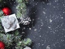 Ramas y ornamentos verdes de la Navidad en negro Fotos de archivo