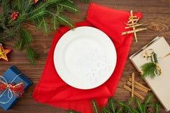 Ramas y placa de árbol de navidad en una servilleta roja foto de archivo libre de regalías