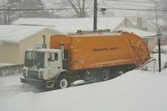 Ramassage d'ordures de l'hiver Image libre de droits