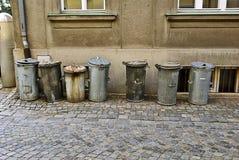 Ramassage de bidon d'ordures images stock