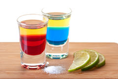 Ramassage de cocktail de projectile : Tequila rouge et bleu Image libre de droits