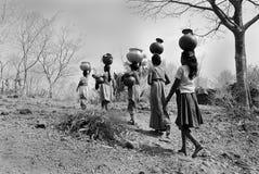 Ramassage de l'eau. Image libre de droits