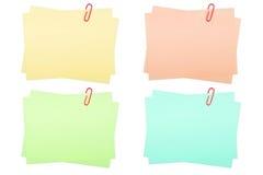 Ramassage de papiers de note réels avec le trombone en fonction Image libre de droits