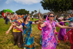 Ramat Gan - 15 Απριλίου 2017: Οι ευτυχείς άνθρωποι χορεύουν στο πάρκο κατά τη διάρκεια Στοκ εικόνες με δικαίωμα ελεύθερης χρήσης