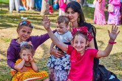 Ramat Gan - 15 April 2017: De gelukkige mensen dansen in het park tijdens stock fotografie