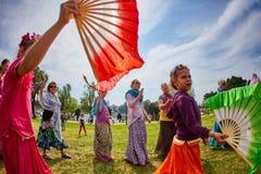 Ramat Gan - 15 April 2017: Lycklig folkdans i parkera under Royaltyfri Bild