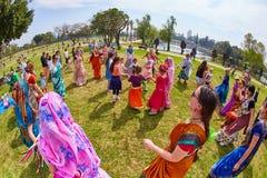 Ramat Gan - 15 April 2017: Lycklig folkdans i parkera under Fotografering för Bildbyråer