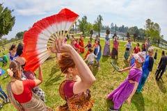 Ramat Gan - 15 April 2017: Lycklig folkdans i parkera under Royaltyfria Foton