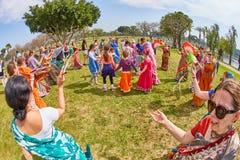 Ramat Gan - 15 April 2017: Lycklig folkdans i parkera under Royaltyfri Foto