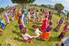 Ramat Gan - 15 April 2017: Lycklig folkdans i parkera under Royaltyfria Bilder