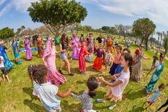 Ramat Gan - 15 April 2017: Lycklig folkdans i parkera under Arkivfoton