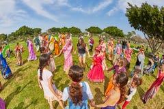 Ramat Gan - 15 April 2017: Lycklig folkdans i parkera under Royaltyfri Fotografi