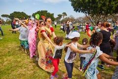 Ramat Gan - 15 April 2017: Lycklig folkdans i parkera under Arkivbild