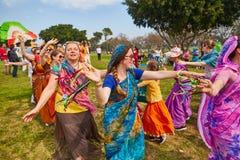 Ramat Gan - 15 April 2017: Lycklig folkdans i parkera under Arkivbilder