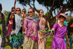 Ramat Gan - 15 avril 2017 : Danse heureuse de personnes en parc pendant Images libres de droits