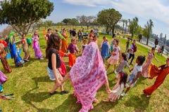 Ramat Gan - 15 avril 2017 : Danse heureuse de personnes en parc pendant Images stock