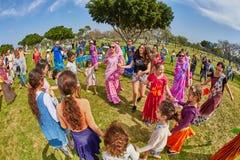 Ramat Gan - 15 avril 2017 : Danse heureuse de personnes en parc pendant Photographie stock libre de droits
