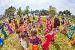 Ramat Gan - 15 avril 2017 : Danse heureuse de personnes en parc pendant Photo stock