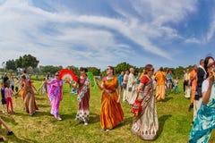 Ramat Gan - 15 avril 2017 : Danse heureuse de personnes en parc pendant Image stock