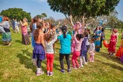 Ramat Gan - 15 avril 2017 : Danse heureuse de personnes en parc pendant Photographie stock