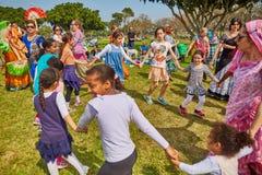 Ramat Gan - 15 avril 2017 : Danse heureuse de personnes en parc pendant Image libre de droits