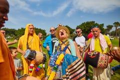Ramat Gan - 15 avril 2017 : Danse heureuse de personnes en parc pendant Photos libres de droits