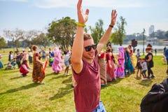 Ramat Gan - 15 avril 2017 : Danse heureuse de personnes en parc pendant Photos stock