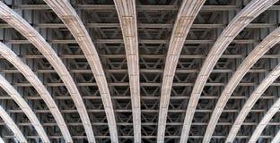 Rambåge under en bro över flodThemsen i London royaltyfri foto