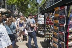 Ramblas的游人在巴塞罗那,西班牙 免版税库存图片