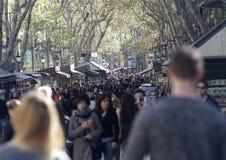 Ramblas von Barcelona voll des Leutegehens Lizenzfreie Stockfotos