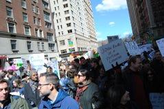 Rambo uppdiktat tecken, mars för våra liv, vapenkontroll, protest, NYC, NY, USA Royaltyfri Bild