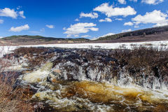 Rambunctious ποταμός στα βουνά Altai Στοκ εικόνες με δικαίωμα ελεύθερης χρήσης