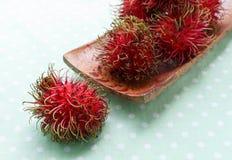 Rambutan fresco no pano verde fotografia de stock