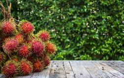 Rambutan, fruto asiático no assoalho de madeira Fotos de Stock Royalty Free