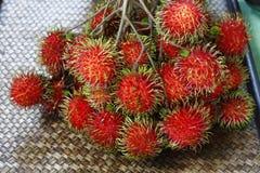 Rambutan, fruto na cor vermelha com saída peludo e interior branco imagens de stock royalty free