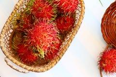 Rambutan in mand Stock Fotografie