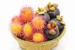 Οργανικά rambutan και mangosteen ταϊλανδικά φρούτα στο ψάθινο καλάθι. Στοκ Φωτογραφία