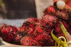 Rambutan med den röda peelen av rambutanen, läcker rambutan royaltyfria bilder