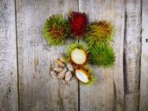 Rambutan på wood golvbakgrund arkivfoto