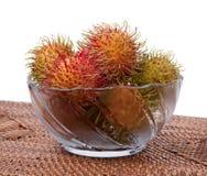 Rambutan peloso Indonesia della frutta in ciotola di vetro Immagini Stock Libere da Diritti