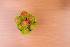 Rambutan su fondo di legno fotografia stock