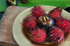 Rambutan y mangostán en la placa Imágenes de archivo libres de regalías